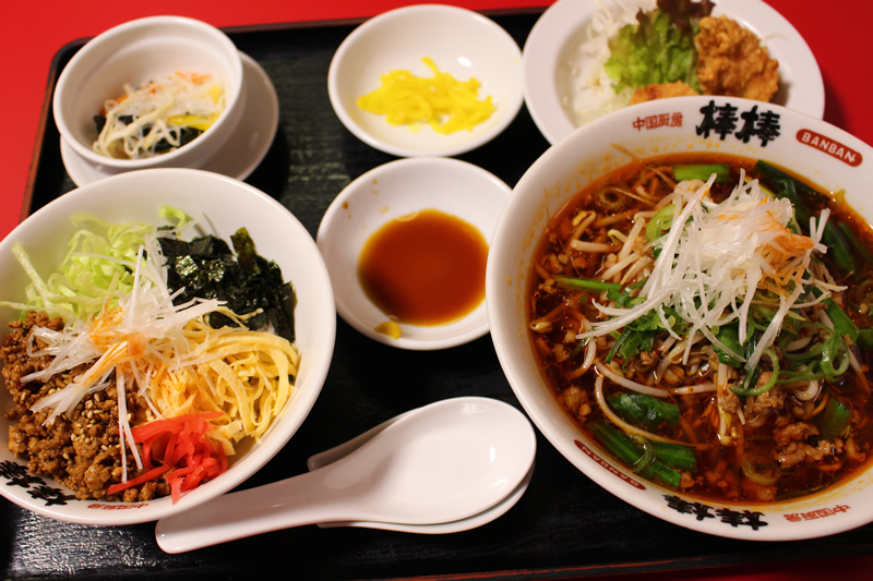 写真:台湾ラーメンとジャージャー丼セット