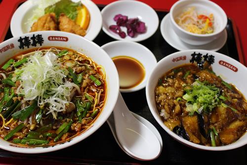 写真:台湾ラーメンと月替わり丼セット